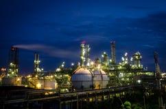 微明的石油化工厂 免版税库存照片