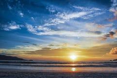 微明的颜色在芭东区海滩的 免版税库存图片