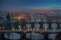 微明的,桥梁看法布拉格  免版税图库摄影