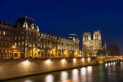 微明的巴黎圣母院 免版税库存照片