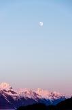 微明,春天,月亮,阿拉斯加 免版税库存图片