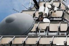 微波与卫星盘的电信塔 免版税库存图片