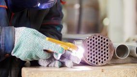 微焊接 准备的操作员和为碳化物金属使用电镀火花板刻设备在工厂 影视素材