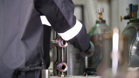 微焊接 刻记碳化物金属的工作者用途电镀火花设备在工厂 影视素材