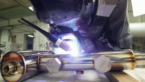 微焊接 刻记碳化物金属的操作员用途电镀火花设备在工厂 休假面具 股票录像