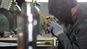 微焊接 刻记碳化物金属的操作员用途电镀火花设备在工厂 动态焦点 股票录像