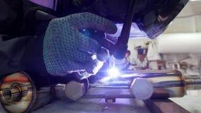 微焊接 刻记碳化物金属的操作员用途电镀火花设备在工厂 微小接近的射击  股票视频