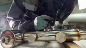 微焊接 刻记碳化物金属的操作员用途电镀火花设备在工厂 起动工作 股票录像