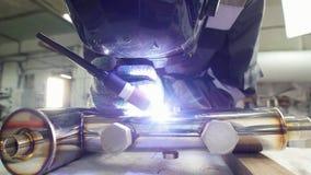 微焊接 刻记碳化物金属的操作员用途电镀火花设备在工厂 静态射击 股票录像