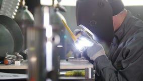 微焊接 刻记碳化物金属的操作员用途电镀火花设备在工厂 股票视频