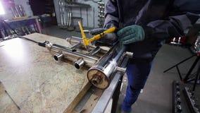 微焊接 刻记碳化物金属的面具用途电镀火花的工人设备在工厂 工作的末端 股票录像