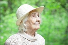 微笑一个可爱的老妇人的画象户外 免版税库存图片