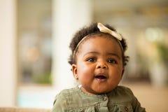 微笑一个愉快的小女孩的画象笑和 免版税图库摄影