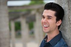 微笑一个愉快的年轻的人的画象户外 免版税图库摄影