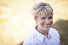 微笑一名成熟的妇女的画象外面 免版税库存照片