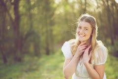 微笑一名美丽的妇女的画象户外 免版税图库摄影
