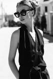 微笑一名美丽的妇女的画象相当愉快微笑,佩带的太阳镜 黑眼睛表面方式性感的样式妇女 免版税库存照片