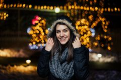 微笑一名美丽的愉快的妇女的夜画象享受冬天和雪户外 冬天喜悦 男孩节假日位置雪冬天 正的情感 图库摄影