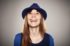 微笑与一个蓝色帽子的一个正常女孩的画象 库存照片