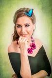 微笑与一只蓝色蝴蝶的一名白肤金发的妇女的春天概念我 免版税图库摄影