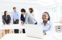 微笑与业务会议的非洲种族妇女 库存图片