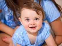 微笑与两颗更低的牙的新出生的女婴 图库摄影