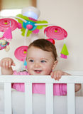 微笑与两颗更低的牙的新出生的女婴 免版税库存照片