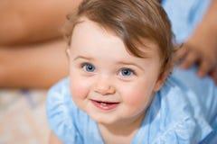 微笑与两颗更低的牙的新出生的女婴 库存图片