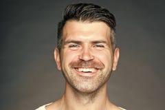 微笑与刺毛的被刮的人 免版税库存照片