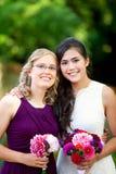 微笑与她不同种族的grou的美丽的两种人种的年轻新娘 免版税图库摄影