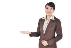 微笑与她的胳膊的新女实业家开张 免版税库存照片