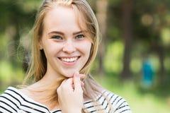 微笑与完善的微笑的妇女 免版税库存照片