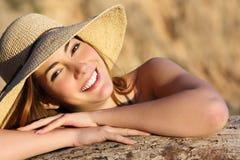 微笑与完善的白色微笑的一名愉快的妇女的画象 库存图片