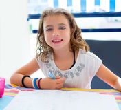微笑与家庭作业的孩子女孩在夏天 免版税图库摄影