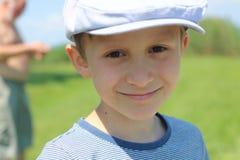 微笑与帽子的男孩 库存图片