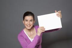 微笑与广告的动态30s妇女 免版税库存图片