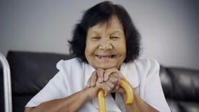 微笑与木藤茎的资深妇女 股票录像