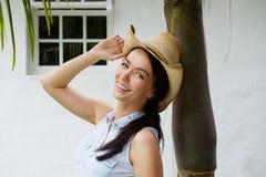 微笑与牛仔帽的美丽的深色的妇女 库存照片