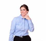 微笑与电话姿态的时髦的妇女 库存照片