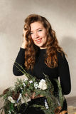 微笑与白肤金发的ha笑涡和卷毛的年轻可爱的女孩  免版税库存照片