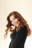 微笑与笑涡和卷毛的一个年轻可爱的女孩白肤金发 库存照片