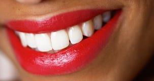 微笑与红色唇膏的妇女 免版税库存照片