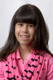 微笑与色的括号的年轻拉丁女孩 库存图片