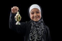 微笑与赖买丹月灯笼的愉快的回教女孩 免版税图库摄影