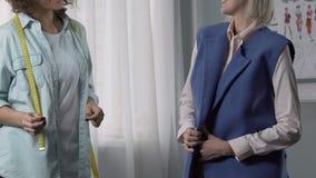 微笑与赞许在私有工作室,好服务的愉快的夫人顾客 股票视频