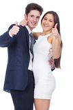 微笑与赞许姿态的年轻夫妇 免版税库存照片