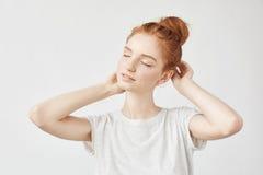 微笑与闭合的眼睛的嫩红头发人女孩画象  免版税图库摄影