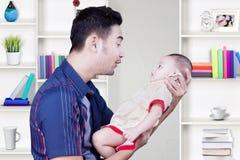 微笑与他的儿子的英俊的父亲 图库摄影