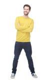 微笑与黄色衬衣的一个愉快的人的画象 库存图片