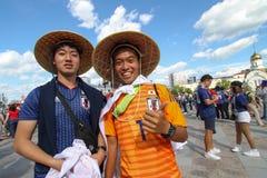 微笑两个人在足球比赛前的橄榄球的日本爱好者 库存照片